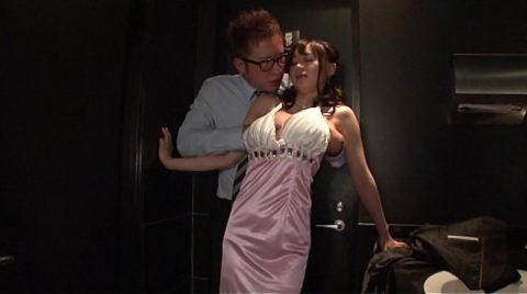 【有能】No1キャバ嬢がトイレで行っている枕営業が撮影されるwwwwwww(画像あり)・21枚目