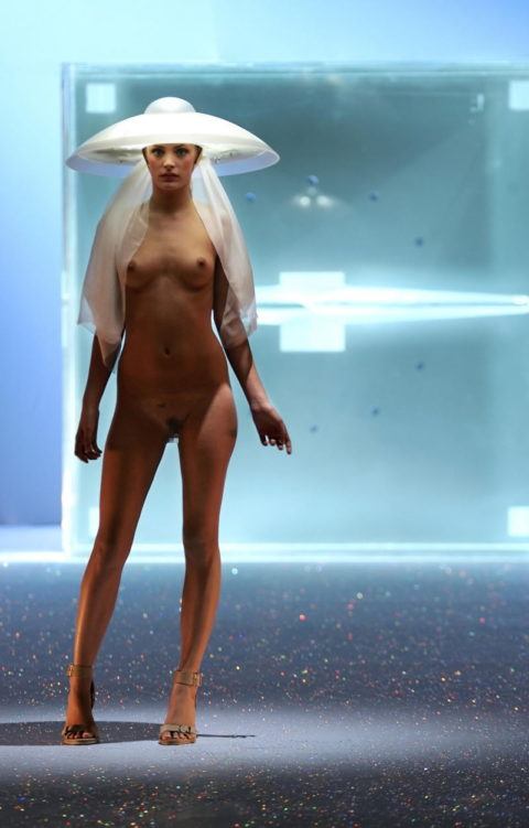 【丸出し】ファッションショーのモデルさん、マンコ見られたって意に介さず。(画像あり)・22枚目