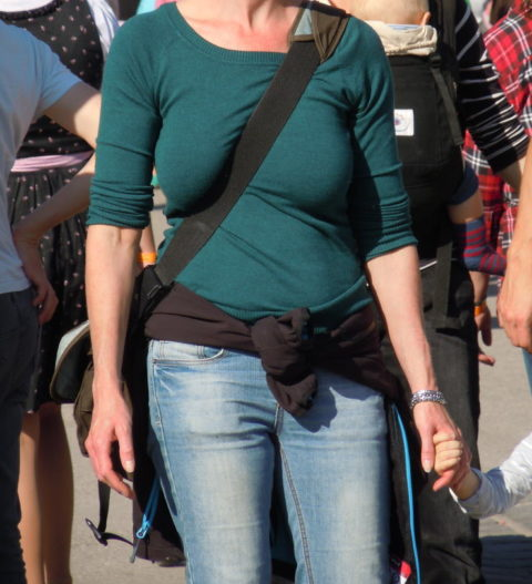 【パイスラ画像】街中でノーブラにおっぱいスラッシュしてる女。ガチで鷲掴みにしたくなるエロ画像(36枚)・23枚目