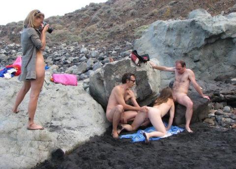 ヌーディストビーチで乱交してる破廉恥外人たちのエロ画像集(34枚)・23枚目