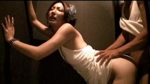 【有能】No1キャバ嬢がトイレで行っている枕営業が撮影されるwwwwwww(画像あり)・26枚目