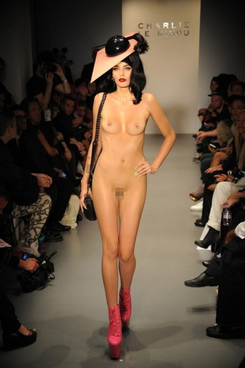 【丸出し】ファッションショーのモデルさん、マンコ見られたって意に介さず。(画像あり)・26枚目