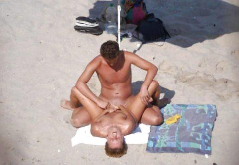 ヌーディストビーチで果敢にセックスしちゃう外国人のエロ画像集(37枚)・26枚目