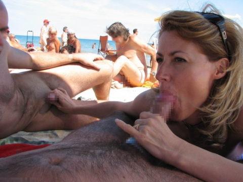 ヌーディストビーチで乱交してる破廉恥外人たちのエロ画像集(34枚)・28枚目