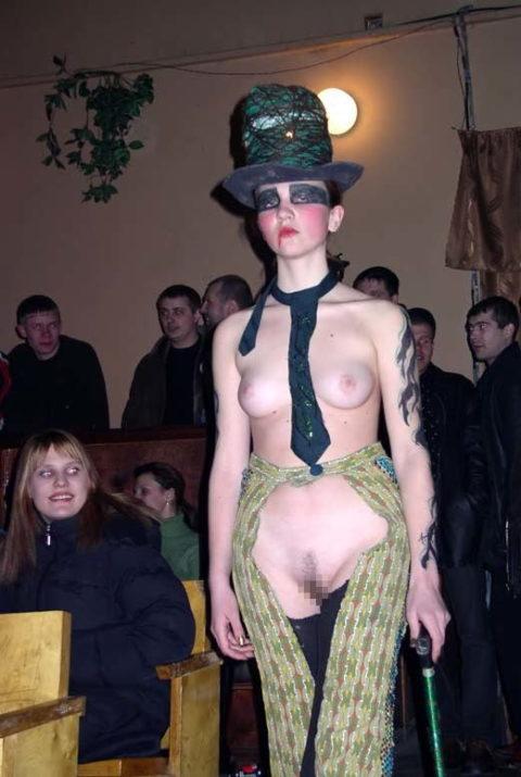 【丸出し】ファッションショーのモデルさん、マンコ見られたって意に介さず。(画像あり)・29枚目