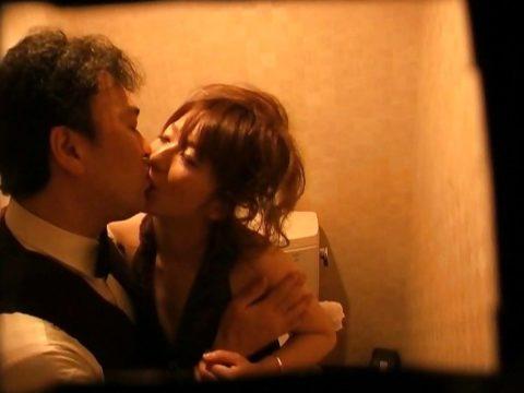 【有能】No1キャバ嬢がトイレで行っている枕営業が撮影されるwwwwwww(画像あり)・3枚目