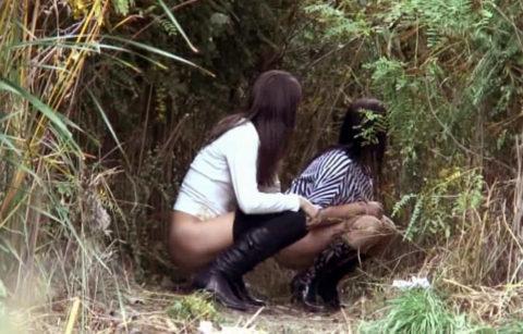 【野外放尿】みんなでやれば怖くない!?海外女子の集団野ションのエロ画像(40枚)・4枚目