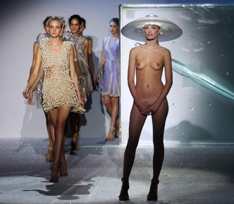 【丸出し】ファッションショーのモデルさん、マンコ見られたって意に介さず。(画像あり)・30枚目