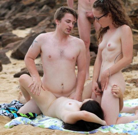 ヌーディストビーチで乱交してる破廉恥外人たちのエロ画像集(34枚)・32枚目