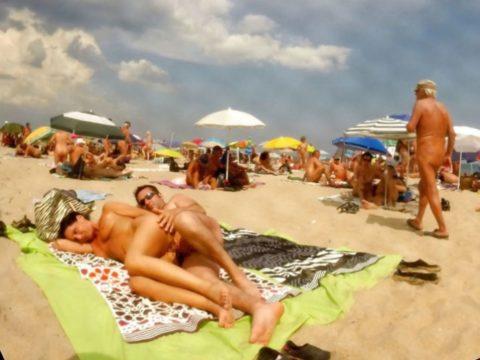 ヌーディストビーチで果敢にセックスしちゃう外国人のエロ画像集(37枚)・36枚目