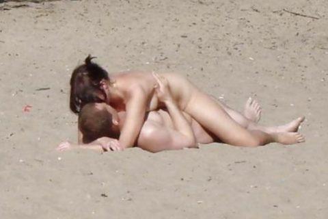 ヌーディストビーチで果敢にセックスしちゃう外国人のエロ画像集(37枚)・37枚目