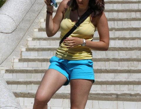【パイスラ画像】街中でノーブラにおっぱいスラッシュしてる女。ガチで鷲掴みにしたくなるエロ画像(36枚)・5枚目