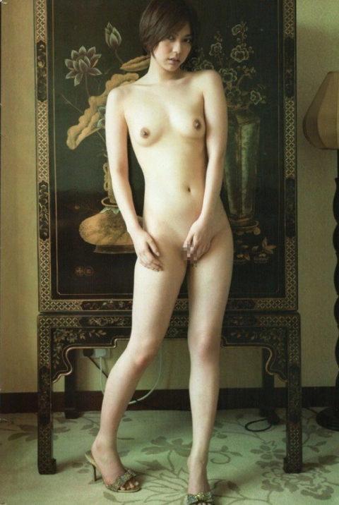 最後の砦、マンコを手で隠してる全裸女子のいじらしいエロ画像(49枚)・43枚目