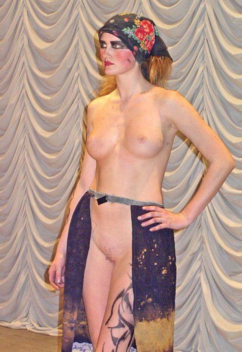 【丸出し】ファッションショーのモデルさん、マンコ見られたって意に介さず。(画像あり)・5枚目