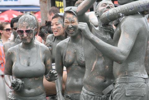 ポロリ続出「ドロ祭り」とかいうギャラリーが男だらけのお祭りがエロい(画像35枚)・5枚目