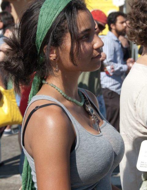 【パイスラ画像】街中でノーブラにおっぱいスラッシュしてる女。ガチで鷲掴みにしたくなるエロ画像(36枚)・6枚目