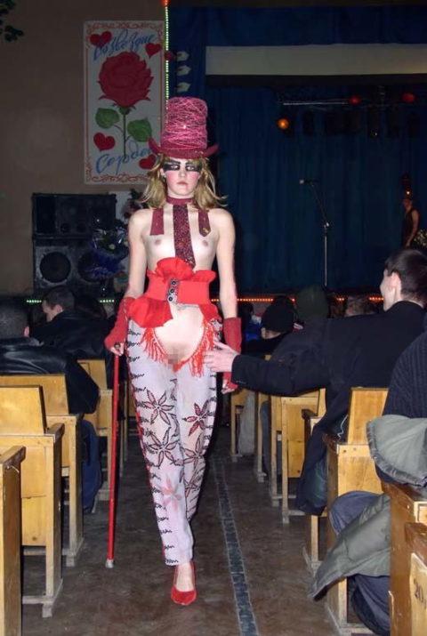 【丸出し】ファッションショーのモデルさん、マンコ見られたって意に介さず。(画像あり)・6枚目