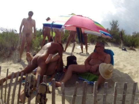 ヌーディストビーチで乱交してる破廉恥外人たちのエロ画像集(34枚)・7枚目
