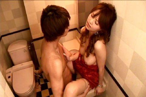 【有能】No1キャバ嬢がトイレで行っている枕営業が撮影されるwwwwwww(画像あり)・7枚目