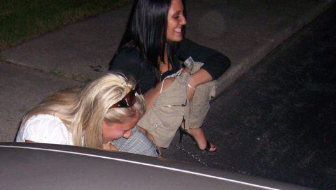 【野外放尿】みんなでやれば怖くない!?海外女子の集団野ションのエロ画像(40枚)・8枚目