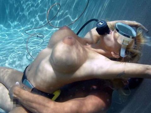 爆乳まんさん、水中でセックスすると おっぱい がこうなる。ロケットすぎやろwwwwwww(画像あり)・1枚目