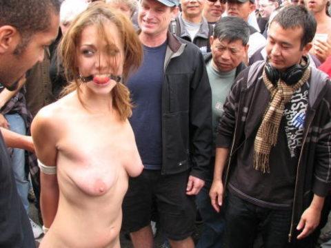 全裸女を従え街を徘徊する羨ましいとしか思わないエロ画像集。(40枚)