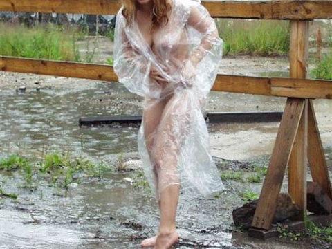 全裸に透明なレインコートを着て楽しそうなただの変態エロ画像。(32枚)