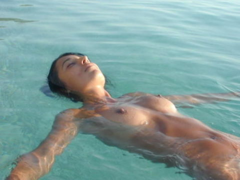 【画像】全裸で水面に浮かぶ女性、みんな共通しておっぱいがエロいwwwwwww