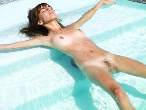 【画像】全裸で水面に浮かぶ女性、みんな共通しておっぱいがエロいwwwwwww・11枚目