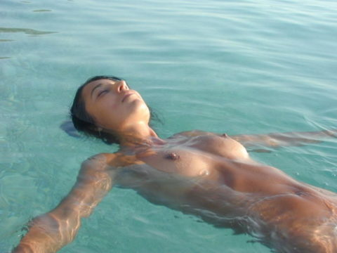 【画像】全裸で水面に浮かぶ女性、みんな共通しておっぱいがエロいwwwwwww・13枚目