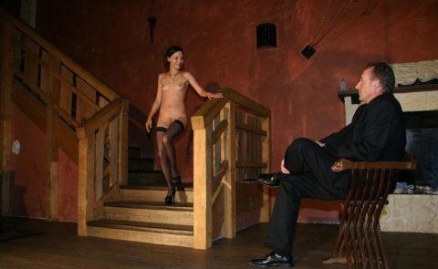 全裸女を従え街を徘徊する羨ましいとしか思わないエロ画像集。(40枚)・13枚目