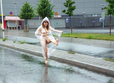全裸に透明なレインコートを着て楽しそうなただの変態エロ画像。(32枚)・11枚目