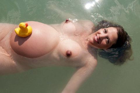 【画像】全裸で水面に浮かぶ女性、みんな共通しておっぱいがエロいwwwwwww・14枚目