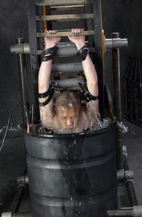 """【拷問】ガチの""""水責め""""で調教される死にかけまんさんがこちら。。(画像あり)・14枚目"""