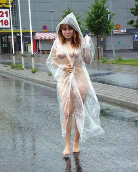 全裸に透明なレインコートを着て楽しそうなただの変態エロ画像。(32枚)・12枚目