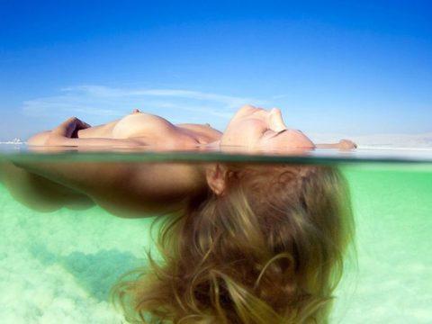 【画像】全裸で水面に浮かぶ女性、みんな共通しておっぱいがエロいwwwwwww・15枚目