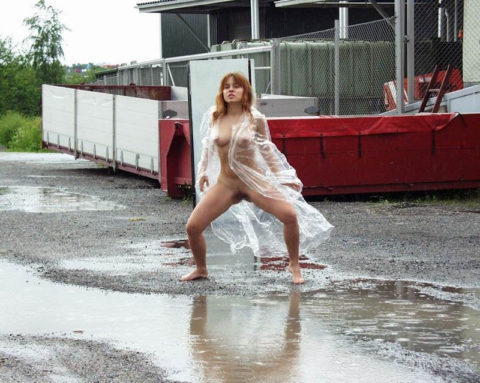 全裸に透明なレインコートを着て楽しそうなただの変態エロ画像。(32枚)・14枚目
