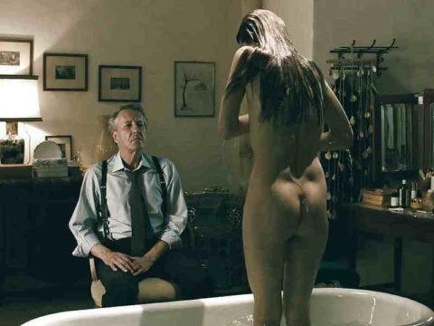 全裸女を従え街を徘徊する羨ましいとしか思わないエロ画像集。(40枚)・17枚目
