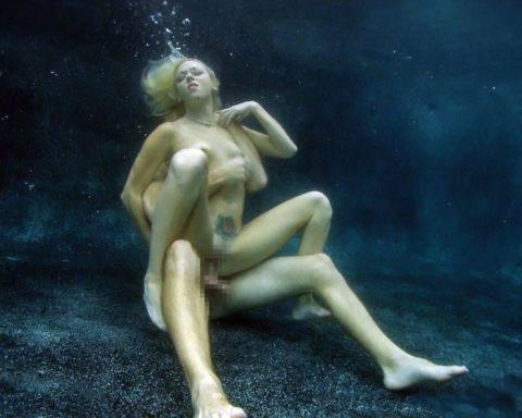 爆乳まんさん、水中でセックスすると おっぱい がこうなる。ロケットすぎやろwwwwwww(画像あり)・18枚目