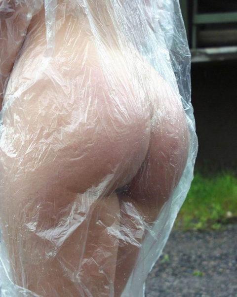 全裸に透明なレインコートを着て楽しそうなただの変態エロ画像。(32枚)・16枚目
