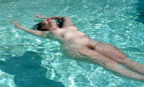 【画像】全裸で水面に浮かぶ女性、みんな共通しておっぱいがエロいwwwwwww・19枚目