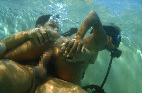 爆乳まんさん、水中でセックスすると おっぱい がこうなる。ロケットすぎやろwwwwwww(画像あり)・2枚目