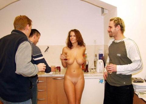 全裸女を従え街を徘徊する羨ましいとしか思わないエロ画像集。(40枚)・20枚目