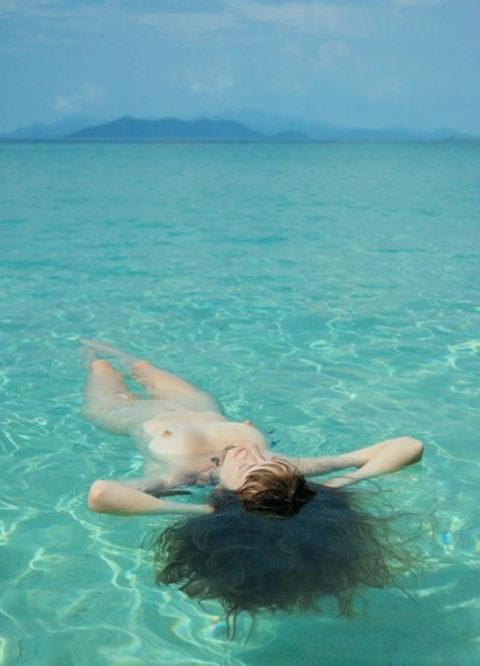 【画像】全裸で水面に浮かぶ女性、みんな共通しておっぱいがエロいwwwwwww・21枚目