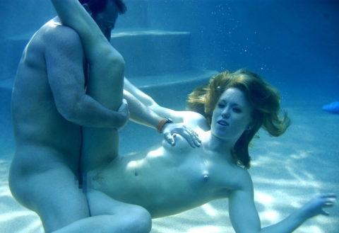 爆乳まんさん、水中でセックスすると おっぱい がこうなる。ロケットすぎやろwwwwwww(画像あり)・21枚目