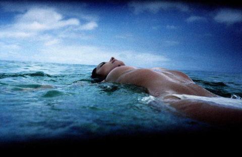 【画像】全裸で水面に浮かぶ女性、みんな共通しておっぱいがエロいwwwwwww・22枚目