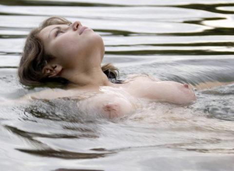 【画像】全裸で水面に浮かぶ女性、みんな共通しておっぱいがエロいwwwwwww・23枚目