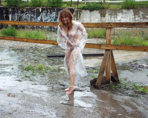 全裸に透明なレインコートを着て楽しそうなただの変態エロ画像。(32枚)・23枚目