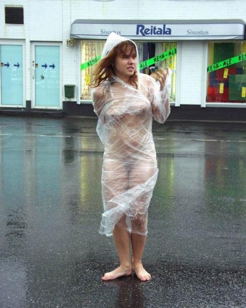 全裸に透明なレインコートを着て楽しそうなただの変態エロ画像。(32枚)・24枚目