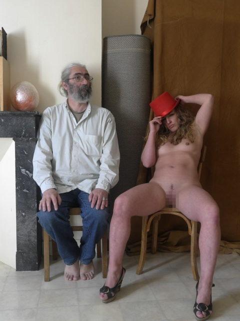 全裸女を従え街を徘徊する羨ましいとしか思わないエロ画像集。(40枚)・27枚目